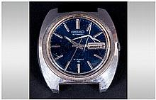 Seiko Gents Automatic Wristwatch, blue dial, silvered battons and hands, with day date aperture, screw down back numbered 422331. Ticking but not tested for accuracy.