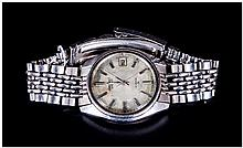 Seiko Gents Automatic Wristwatch, champagne dial, silvered battons and hands, with date aperture, screw down back numbered 310937. Stainless steel Seiko bracelet. Ticking but not tested for accuracy.