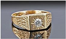 9ct Gold Set Single Stone Diamond Ring. Diamonds