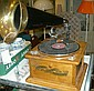 Radio, i form av trattgrammofon, modern tillv