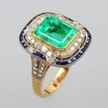 18 kt gold ring with emerald, sapphires and diamonds