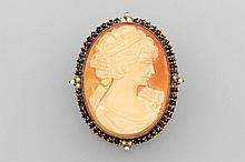 8 kt gold brooch with shell cameo, garnets and cultured pearl