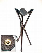 † JAMES PURDEY & SONS A FINE NEW AND UNUSED LIGHTWEIGHT WOOD AND LEATHER TRIPOD SEAT,