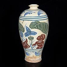 韓國 十八-十九世紀 李氏皇朝 釉上彩刻花荷池人鳥紋梅瓶 Korea, Meiping Vase with Overglaze Painted