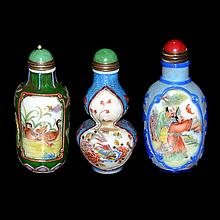 料彩開光人物花鳥鼻煙壺一組三件 A Group of Three Overlay Snuff Bottles with Windows of Figural Scenes, Landscape and Floral Bird Decorations