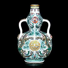 清-乾隆-閗彩塗金雙龍捧壽福至禱帶葫蘆扁瓶 Qing, Qianlong, A Fine and Rare Doucai Dragon Double-Gourd Flask
