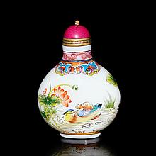 清 料胎畫粉彩荷池水禽紋鼻煙壺 Qing, A Famille-Rose enameled Glass Lotus Pond Snuff Bottle with Coral Stopper