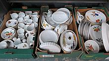 A Royal Worcester dinner and tea service with 8 cups; 8 saucers; 8 tea plates; 8 dinner plates etc.