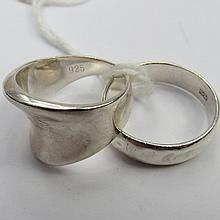 A modern silver dress ring of a broad tapering