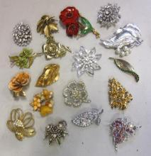 18 PIECE LOT VINTAGE COSTUME JEWELRY PINS BROOCHES SOME SIGNED