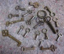 20 ANTIQUE SKELETON BARREL KEYS