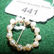 A lady's attractive pearl brooch in 14ct gold