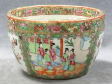 CHINESE ROSE MEDALLION DECORATED PORCELAIN FISH BOWL, 19TH CENTURY. HEIGHT 6