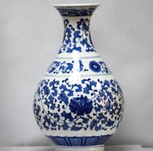 BEAUTIFUL FLORAL PORCELAIN CHINESE VASE