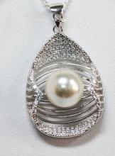 BEAUTIFUL .925 STERLING SILVER ROUND SHAPE PENDANT W/ CZ STONES AN PEARL