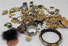 large bundle costume jewelry, while chains, brooches , rings , etc. , examine recommended