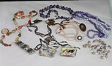 Convolute Bead and costume jewelry, thereby 8 chains, brooches etc.