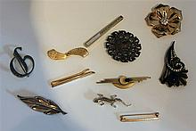 Lot line costume jewellery, consisting of 9 brooches, as well as 2 tiepins