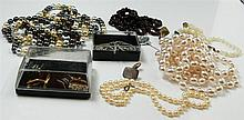Nice Lot line costume jewellery, consisting of chains, cuff links, etc.