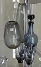 A SMOKEY GLASS DECANTOR, SIX TUMBLERS AND TWO VASES