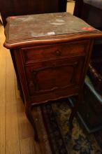 A FRENCH PROVINCIAL SINGLE DRAWER BEDSIDE CABINET WITH MARBLE TOP