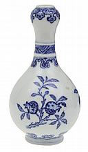 A SMALL SUANTOUPING BLUE AND WHITE VASE, 20TH CENTURY