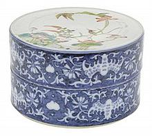 A CHINESE PORCELAIN ENAMELLED LIDDED BOX