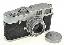 LEICA M1 NO. 1102184 (1965) WITH ELMAR 3.5 NO. 1333861 LENS, LENS CAP AND ER CASE, CONDITION 5