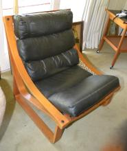 A TESSA BLACK LEATHER UPHOLSTERED EASY CHAIR