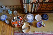 A LARGE COLLECTION OF GLASS, DINNERWARE AND KITCHENALIA INCLUDING EGG BEATER, MIXING BOWL, JELLY MOULD AND A BASKET