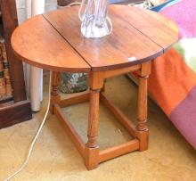 A SMALL OAK DROPSIDE TABLE IN THE GEORGE II STYLE 64.5 X 48 X 50 CM