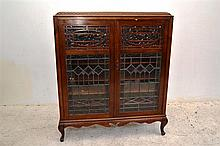 AN EARLY 20TH CENTURY ART NOUVEAU LEADLIGHT FRONTED DISPLAY CABINET