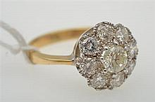 A DIAMOND CLUSTER RING, SET IN 18CT TWO TONE GOLD