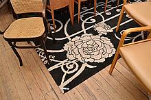 A CONTEMPORARY BLACK AND WHITE FLOOR RUG WITH CLIMBING ROSE PATTERN (FROM DESIGNER RUGS, BELLA VISTA COLLECTION, (200cm X 300cm).