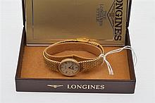A LADIES LONGINES QUARTZ WATCH TO GOLD PLATED BANDS
