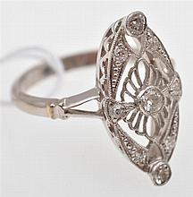 A DIAMOND SET PLAQUE RING IN PLATINUM AND 18CT GOLD