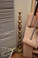 A LARGE BRASS FLOOR LAMP