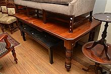 AN EDWARDIAN EXTENSION DINING TABLE