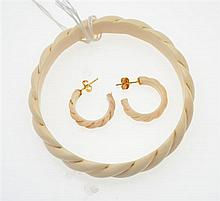A TWISTED IVORY BANGLE WITH 14CT GOLD DETAIL WITH MATCHING EARRINGS