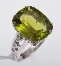 A PERIDOT AND DIAMOND RING, IN 18CT WHITE GOLD