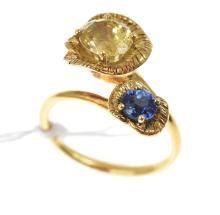 A CROSSOVER RING SET WITH YELLOW AND BLUE SAPPHIRES IN 18CT GOLD