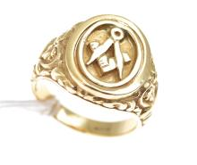 A MASONIC SPINNER RING IN 9CT GOLD