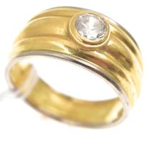 A CLEAR STONE DRESS RING IN 18CT GOLD
