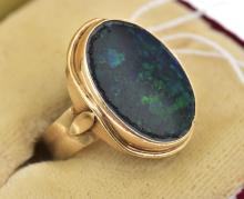 AN OPAL DRESS RING IN 9CT GOLD