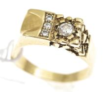 A DIAMOND DRESS RING IN 9CT GOLD
