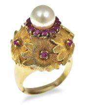 A GOLD, RUBY AND PEARL COCKTAIL RING