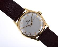 A VINTAGE 1940S OMEGA WRISTWATCH TO A GOLD CASE AND BROWN LEATHER BANDS