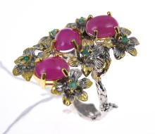 A RUBY AND EMERALD SET DRESS RING IN STERLING SILVER
