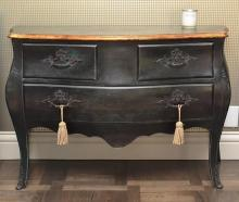 A LOUIS XV STYLE BLACK AND GILT BOMBAY COMMMODE, 130 X 84.5 X 55CM