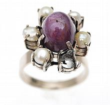A STAR RUBY AND PEARL CLUSTER RING IN WHITE METAL, ONE PEARL DEFICIENT